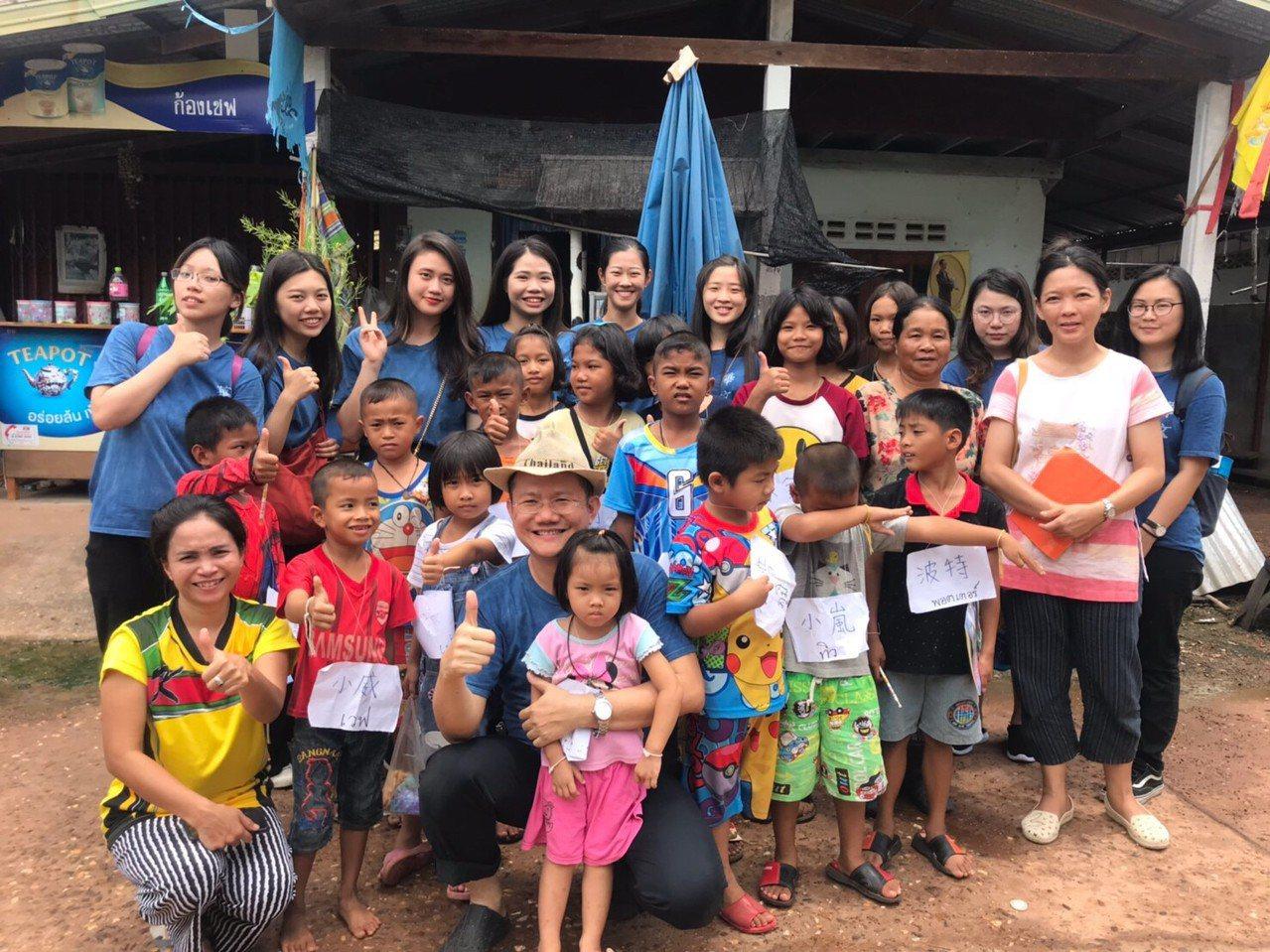 中原大學應華系學生在泰文老師張君松(前排中)帶領下,至泰國東北村莊教居民華語文。...