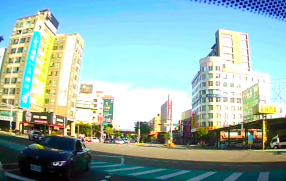 郜姓男子於東大路、經國路口逆向撞擊另一輛TOYOTA休旅車後才停下。圖/新竹市警...
