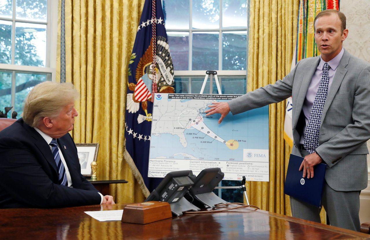 美國媒體報導,川普在一項會議中建議派美軍用核彈炸颶風。圖為川普2018年9月在白...