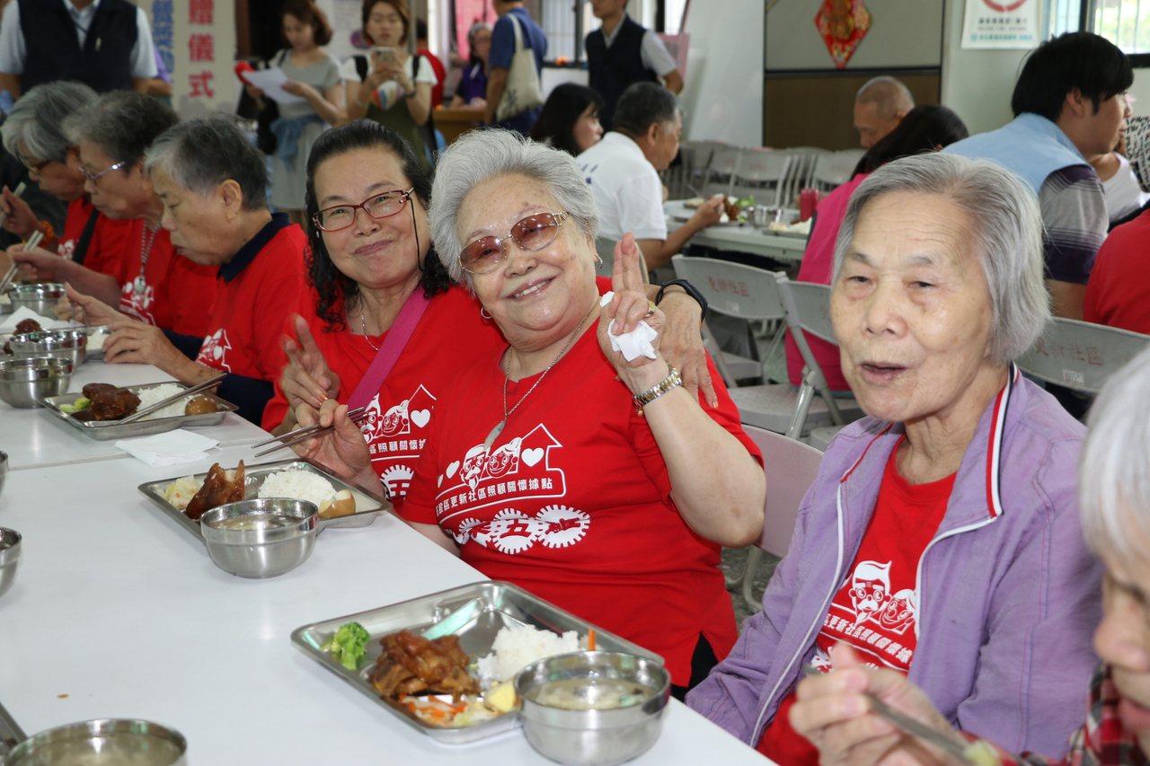 新北社會局今年10月將挑選100處優良的老人共餐點,提供5千元的獎勵金,今由嘉威...