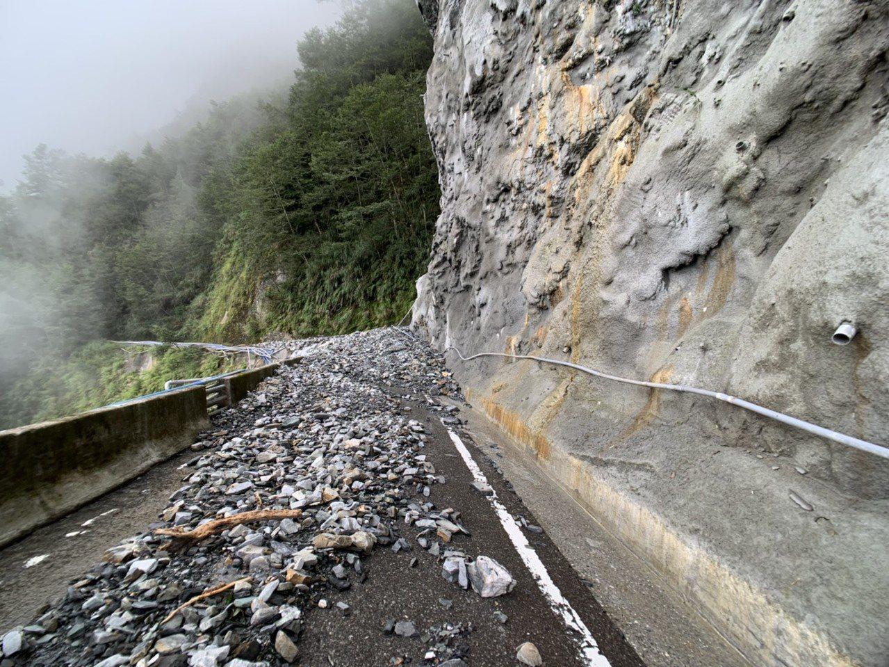 白鹿颱風造成南橫公路東段向陽至利稻,有多處路段邊坡坍方、落石,關山工務段預計今天...
