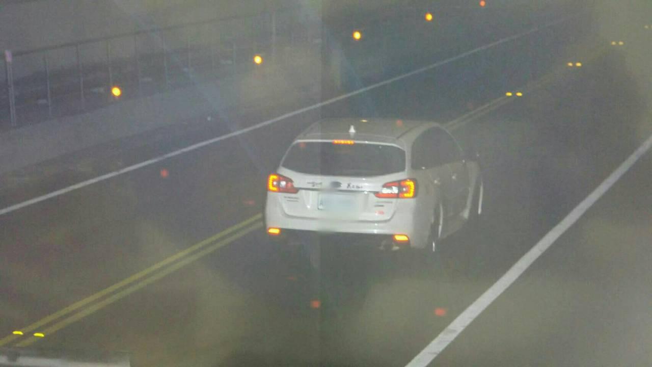 一輛白色自小客車行駛基平隧道時,被測速器拍下時速192公里,警方已開出2萬400...