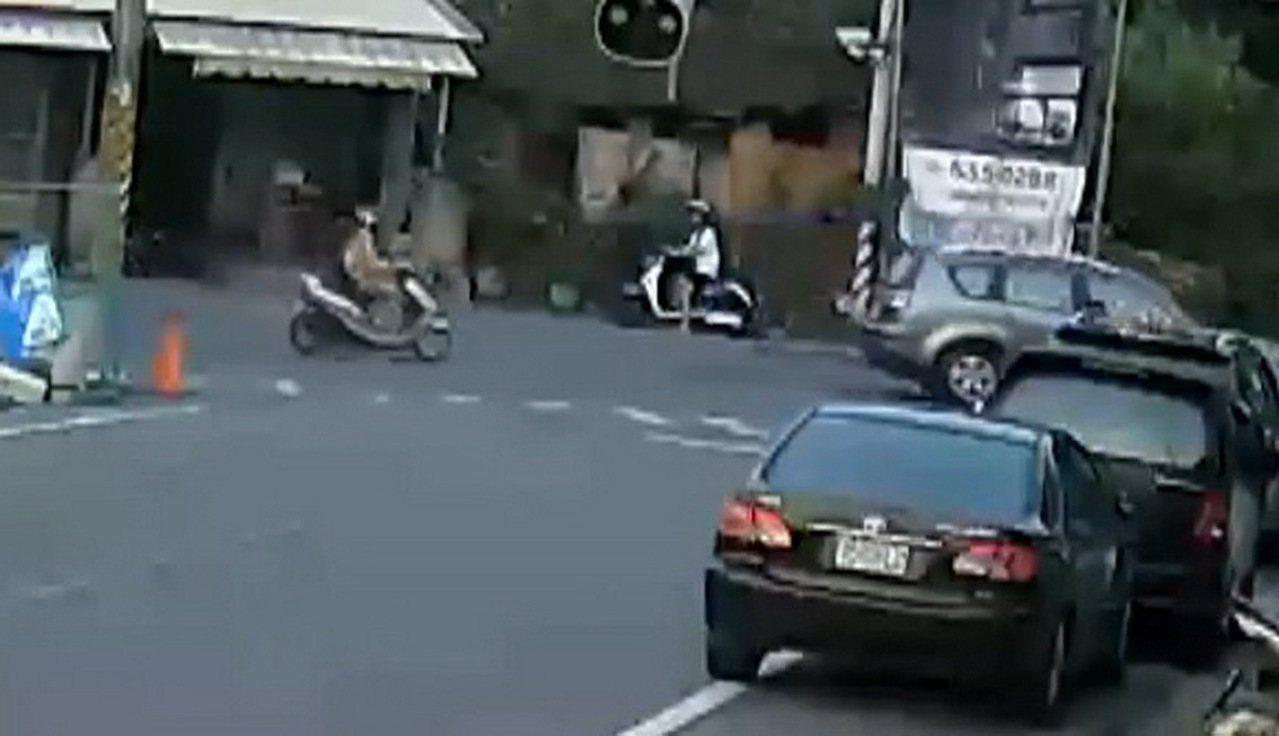 白衣騎士在路口等待轉彎。記者蔡維斌/翻攝