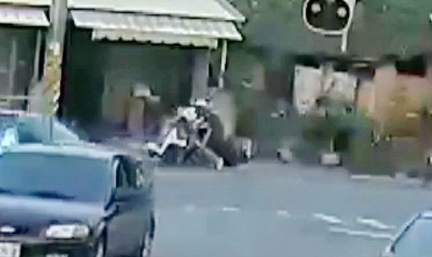 白衣騎士在路口等待轉彎,才一轉彎,不到兩秒一輛直行機車就撞上來。記者蔡維斌/翻攝