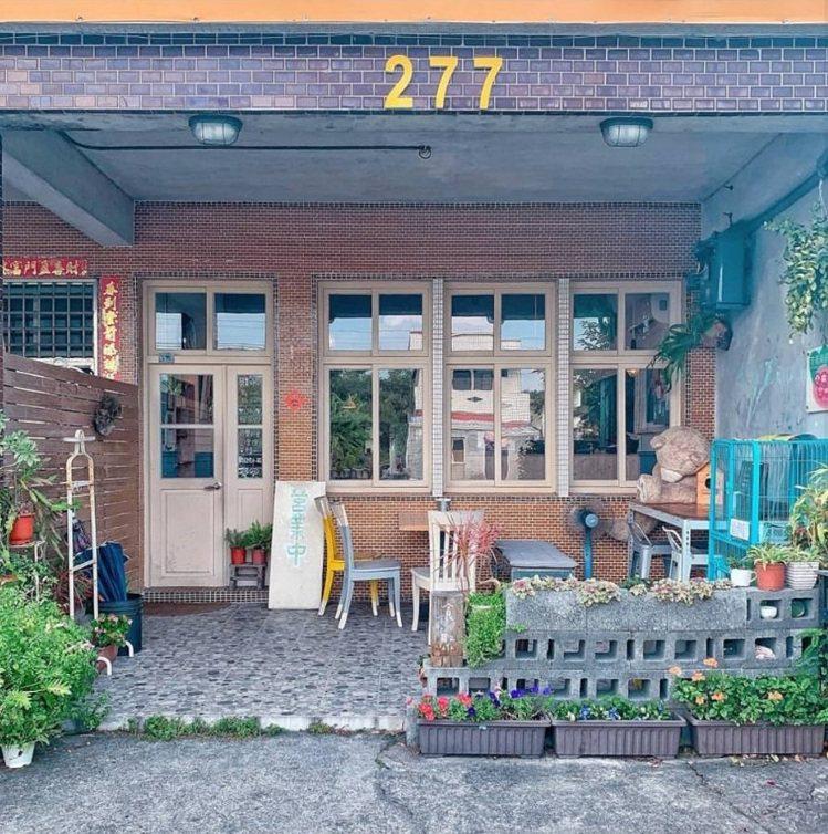 「Gather cafe食聚」外觀低調看起來就像民宅。IG @_.shuangs...