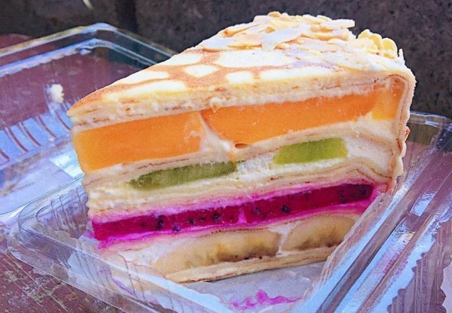 「水果千層」如寶石般夾層,網友喻為媲美日本知名千層蛋糕。IG @shinnnnn...
