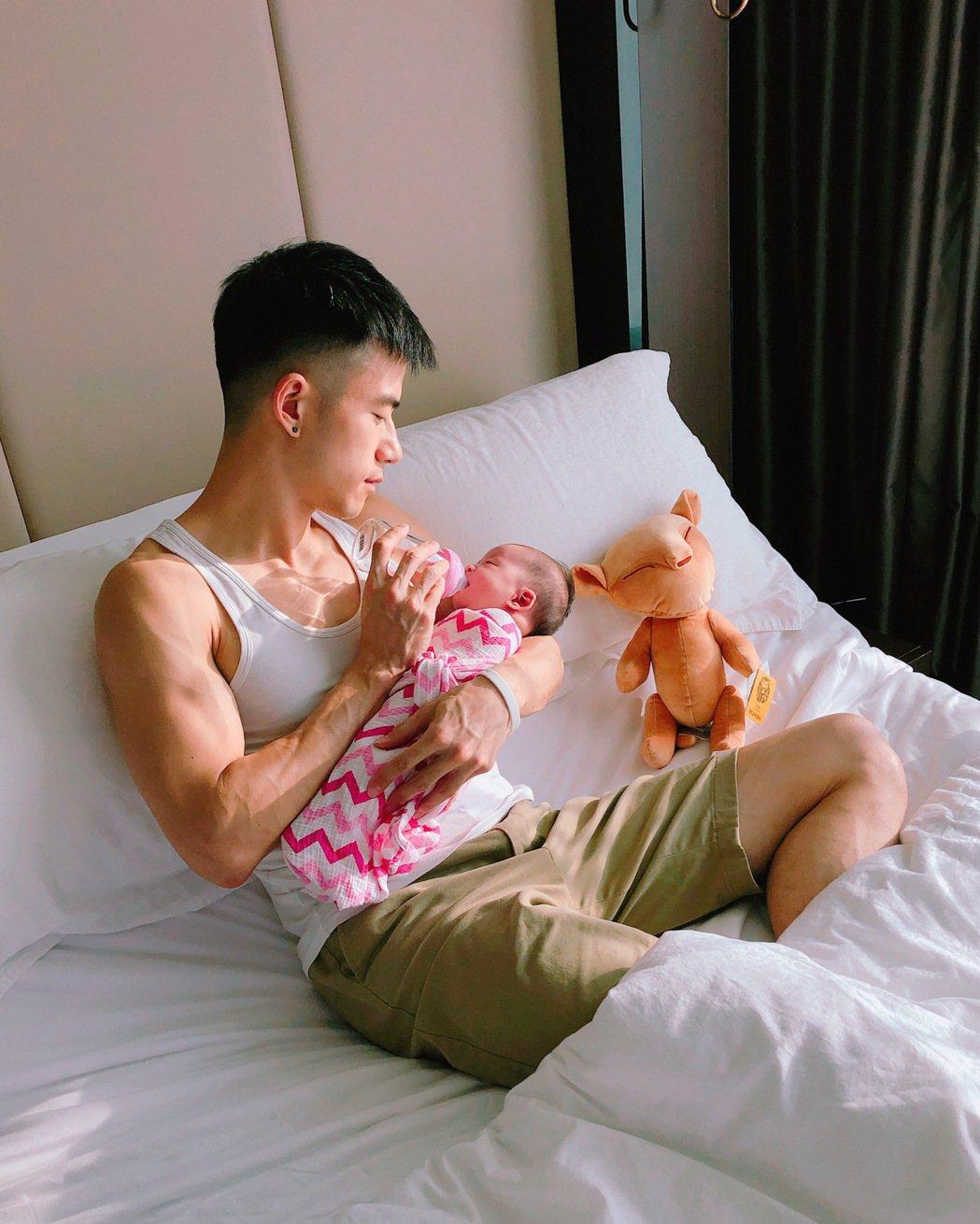 JR抱著女兒,露出慈父的模樣。圖/天晴娛樂提供