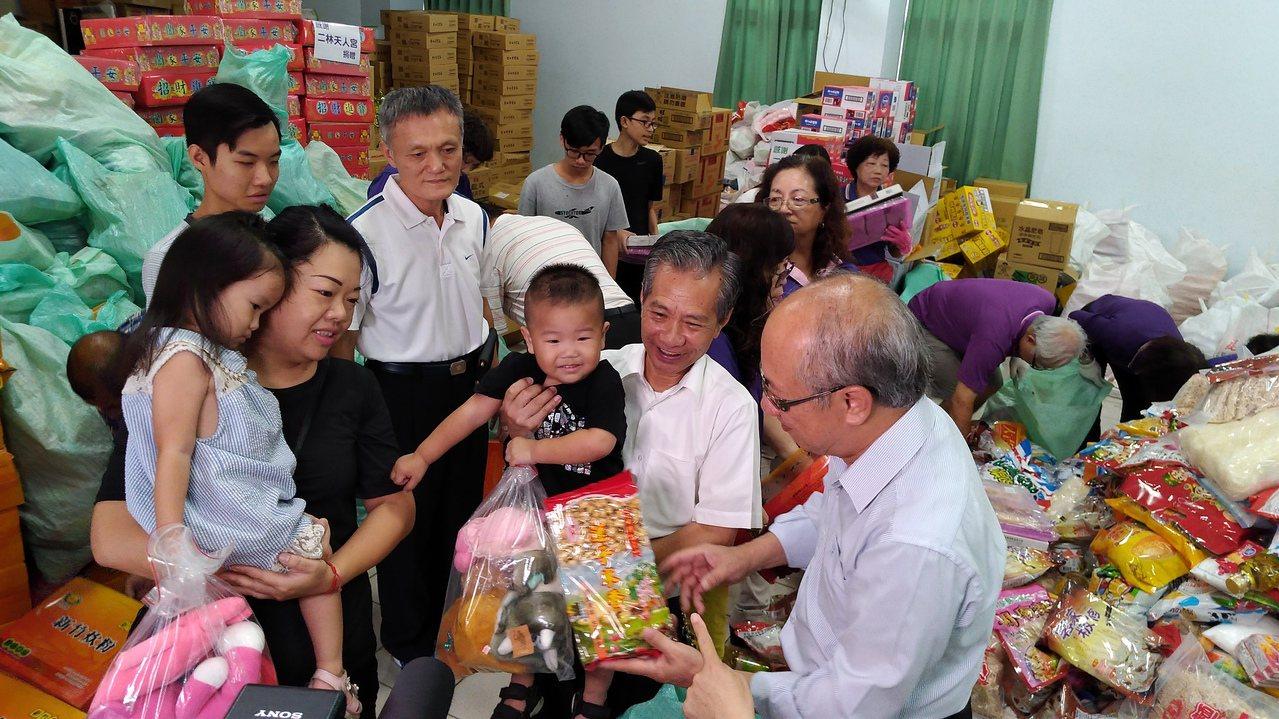 彰化二林天人宮捐助大批愛心物資及25萬元助學金。記者蔡維斌/攝影