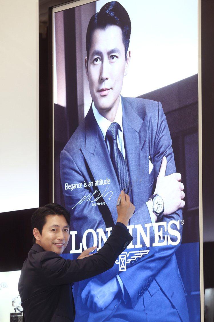 鄭雨盛在全新的浪琴表台北101名品店與自己的廣告合影,並留下親筆簽名。記者蘇健忠...