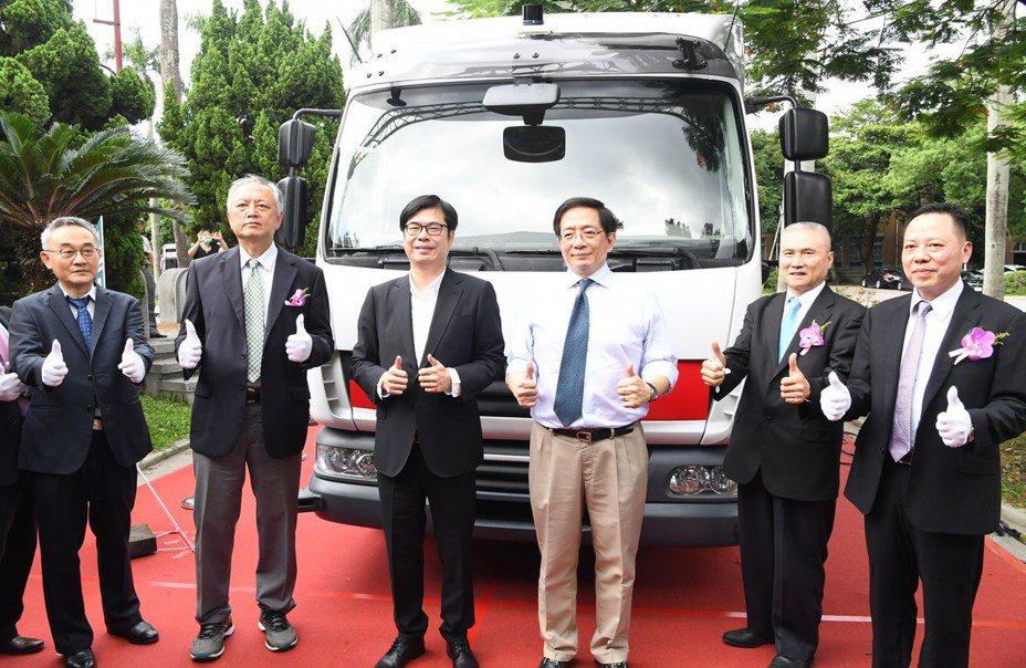 行政院副院長陳其邁(左三)出席「杜拜全球自駕車挑戰賽-台灣iAuto團隊前進杜拜記者會」,與台大校長管中閔(右三)等人合影留念。行政院提供
