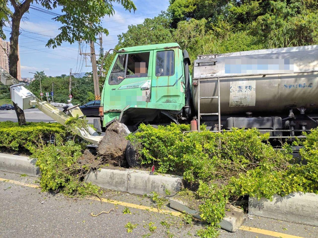大貨車摩擦造成分隔島損毀,並撞倒一根測速照相器的監視杆。記者柯毓庭/翻攝