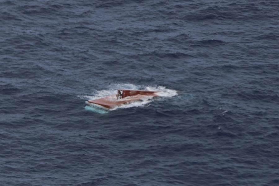 我國籍鮪釣漁船「進隆泰6號」殘骸。圖/海巡署提供