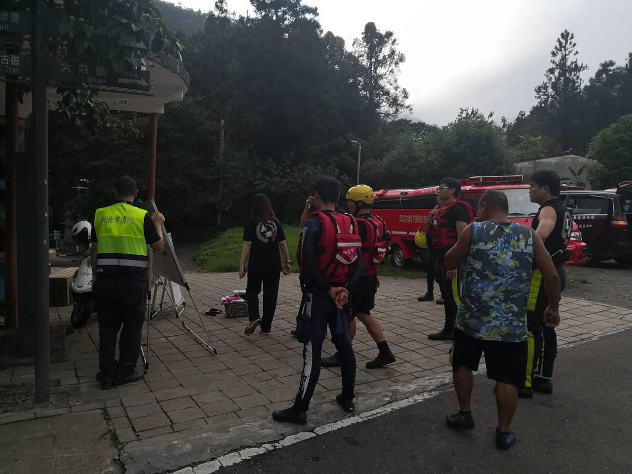警消派出多名人力,趕赴現場協助搜救中。記者柯毓庭/翻攝