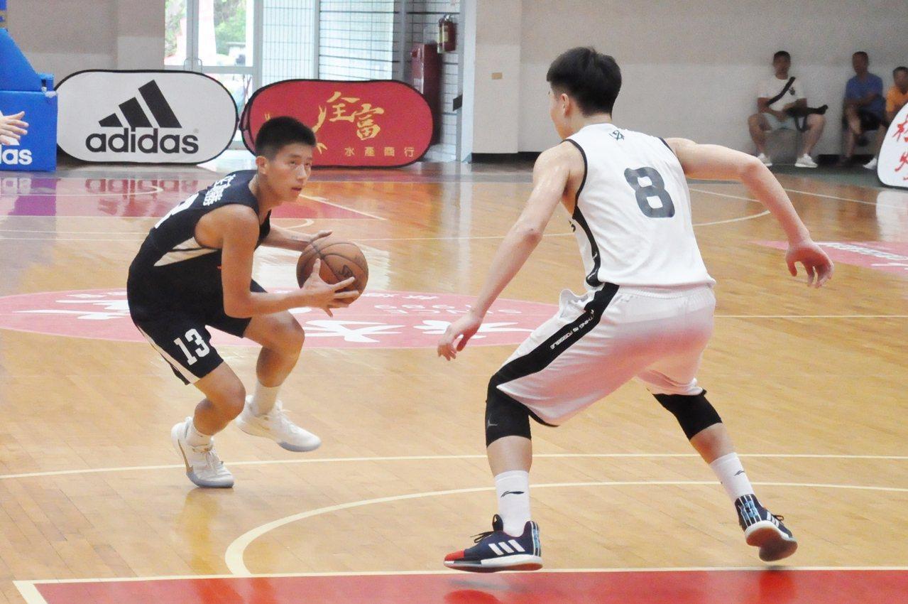 莊朝勝(左)林燈盃籃賽難得回到家鄉比賽。記者曾思儒/攝影