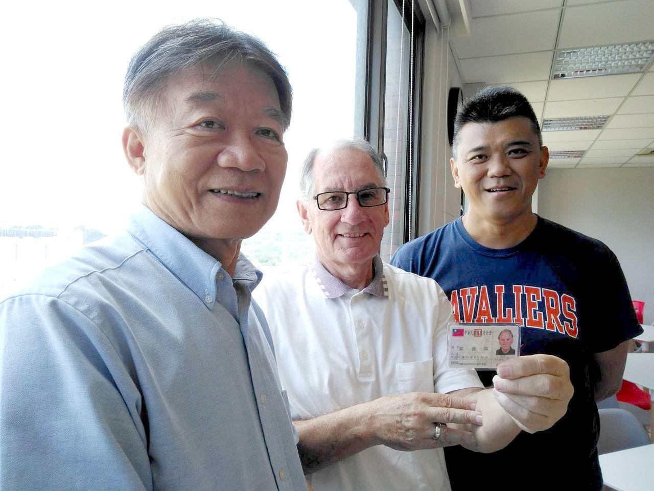 在義守大學任教的歐彼德(中),上周四拿到台灣身分證,落籍歸化。左為義守大學國際學...