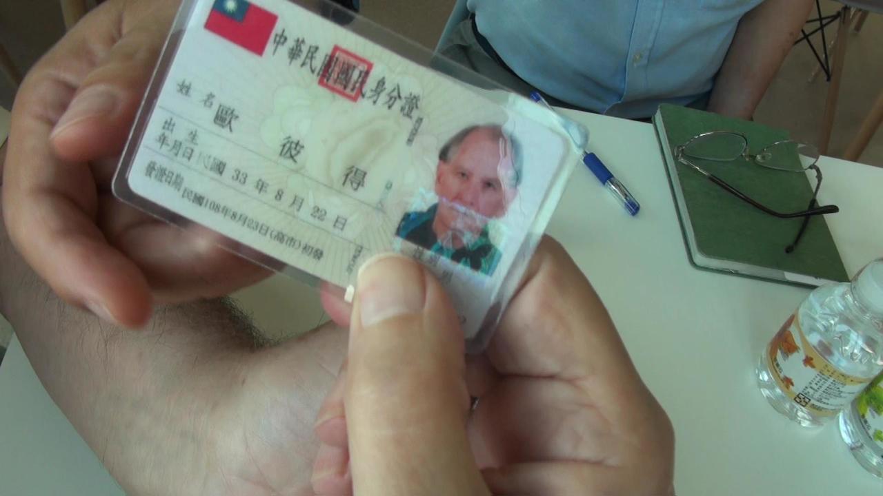 澳洲籍歐彼得75歲生日隔天拿到台灣身分證。記者王昭月/攝影