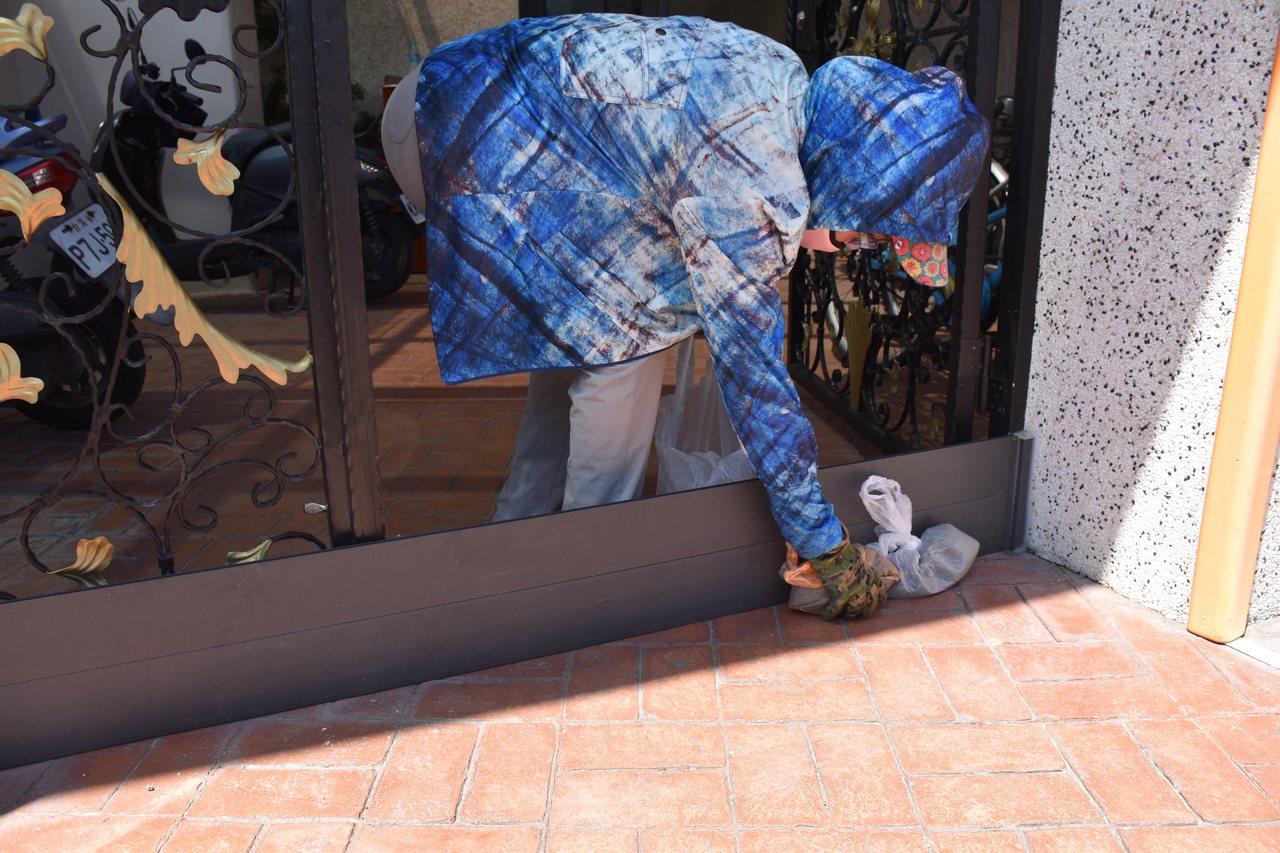 湯姓民眾因擔心雨水淹進家裡,只好設置擋水板。記者王思慧/攝影