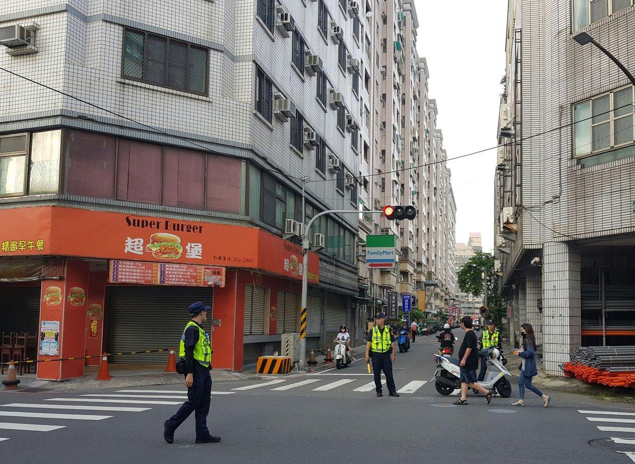 永康區大樓火警,員警在周遭路口交管。圖╱讀者提供