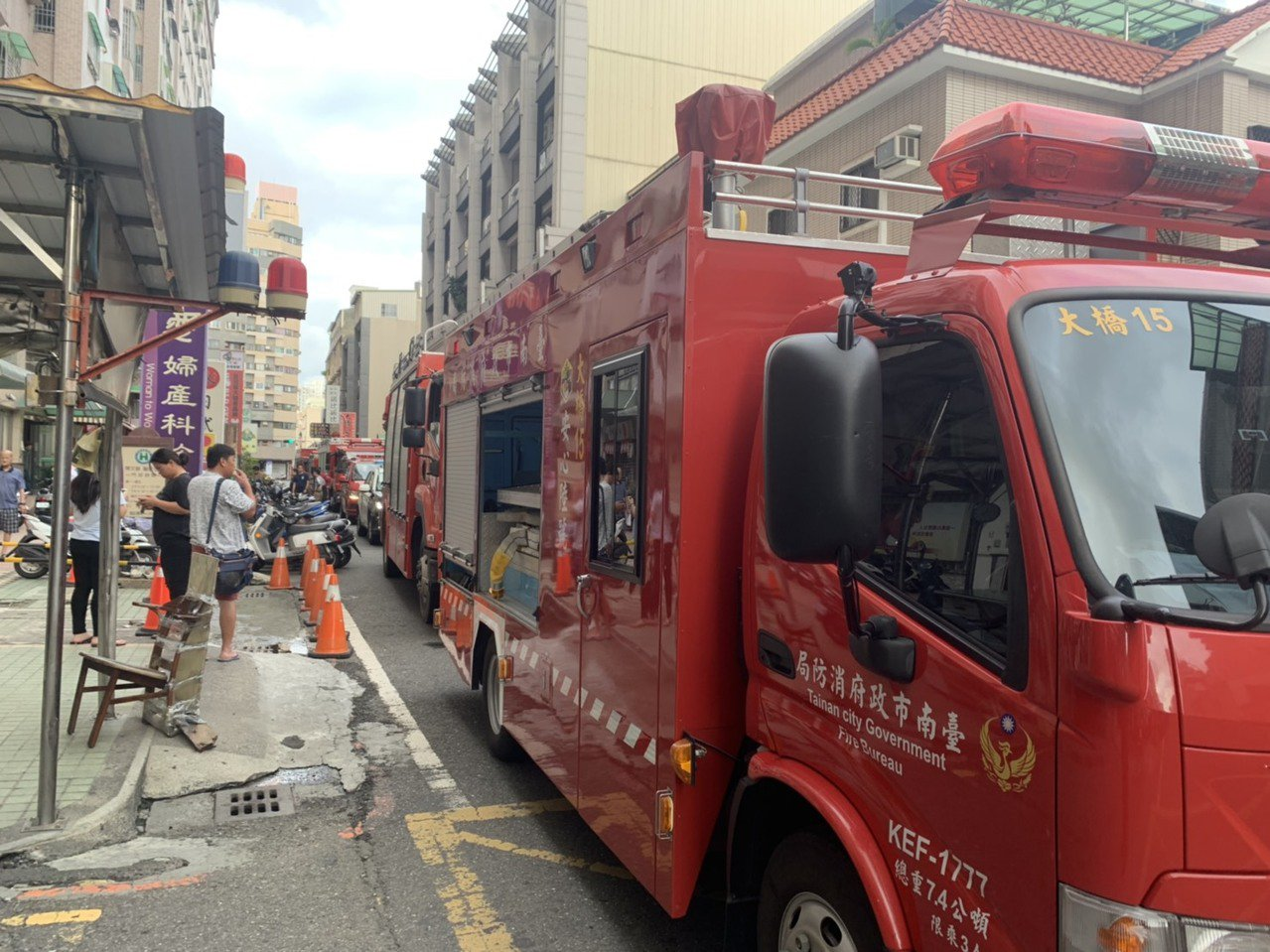 永康區大樓火警,消防車塞滿大橋一街。圖╱讀者提供