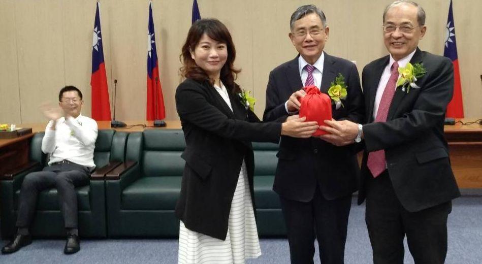 台灣港務公司與高雄市政府合資的高雄港區土地開發公司董事長沈妙姿(前排左)和總經理...