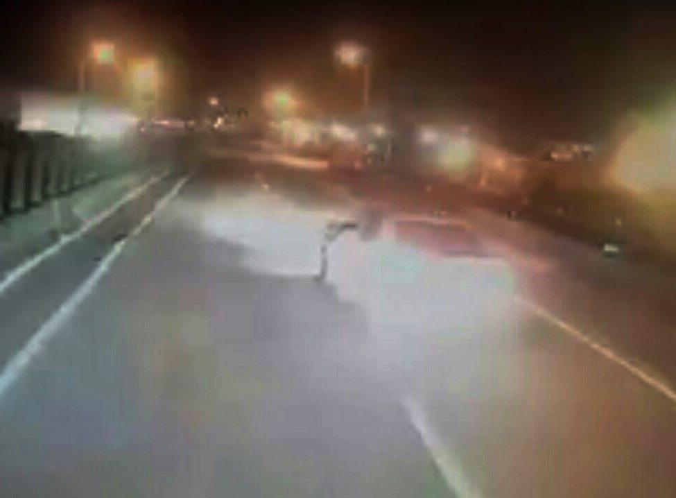 桃園市一大貨車業者PO文一輛白色自小客車在台61線觀音段突然故意停車「逼車」,引...