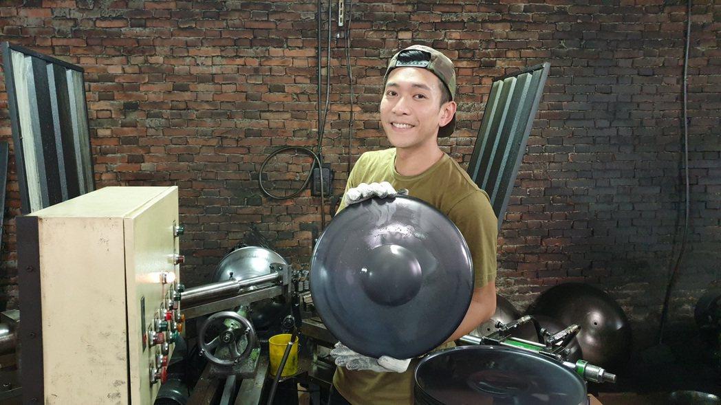吳俊諺首次參與職人造鍋。圖/八大提供