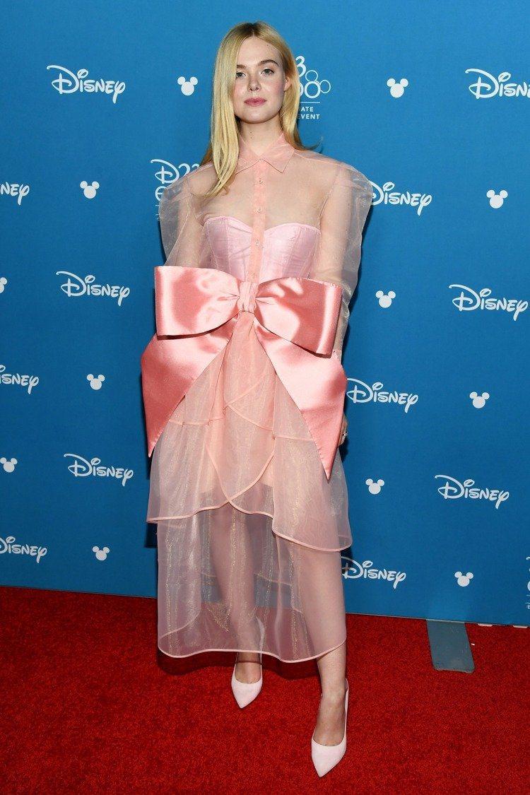 好萊塢女星艾兒芬妮出席迪士尼D23博覽會時,以一件KIMHEKIM仙女氣息濃厚的...