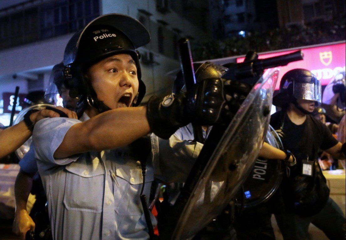 港警警員在25日荃灣衝突中舉槍瞄向示威者。(香港01)