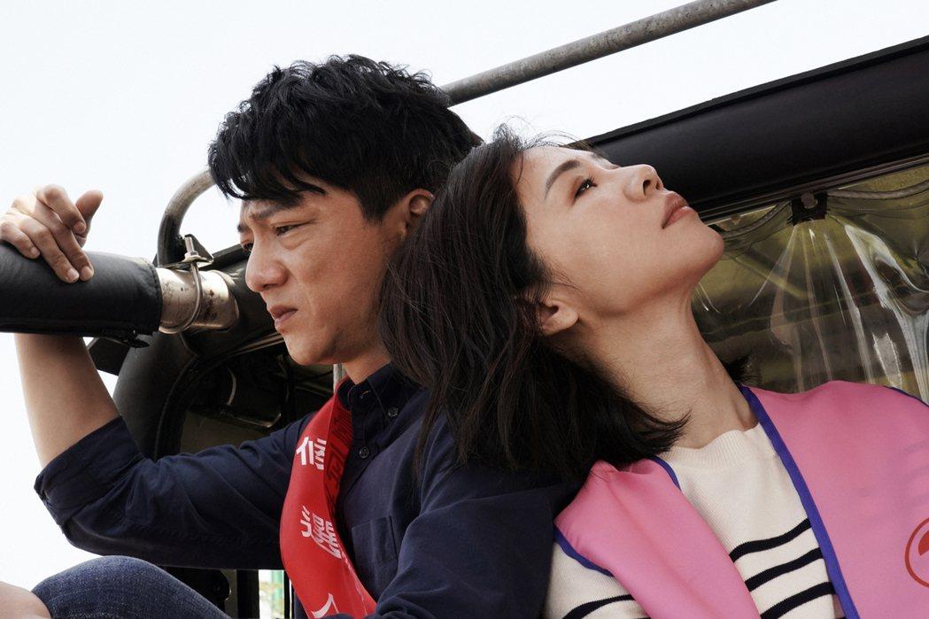 謝盈萱(右)回鄉遇國小同學(藍葦華飾演),未來發展受關注。圖/華視提供