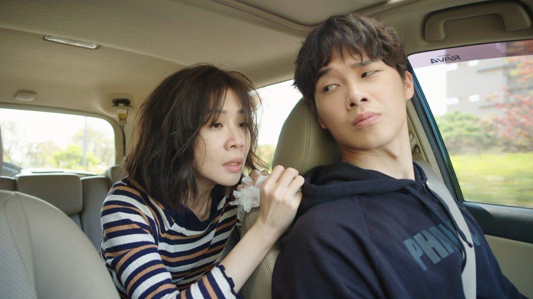 謝盈萱劇中情傷,飾演弟弟的宋緯恩開車送她回家,車內爆發悲傷五階段。圖/華視提供