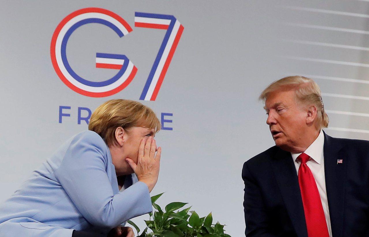 美國總統川普(右)26日在七大工業國(G7)峰會上,與先前吵過架的德國總理梅克爾...
