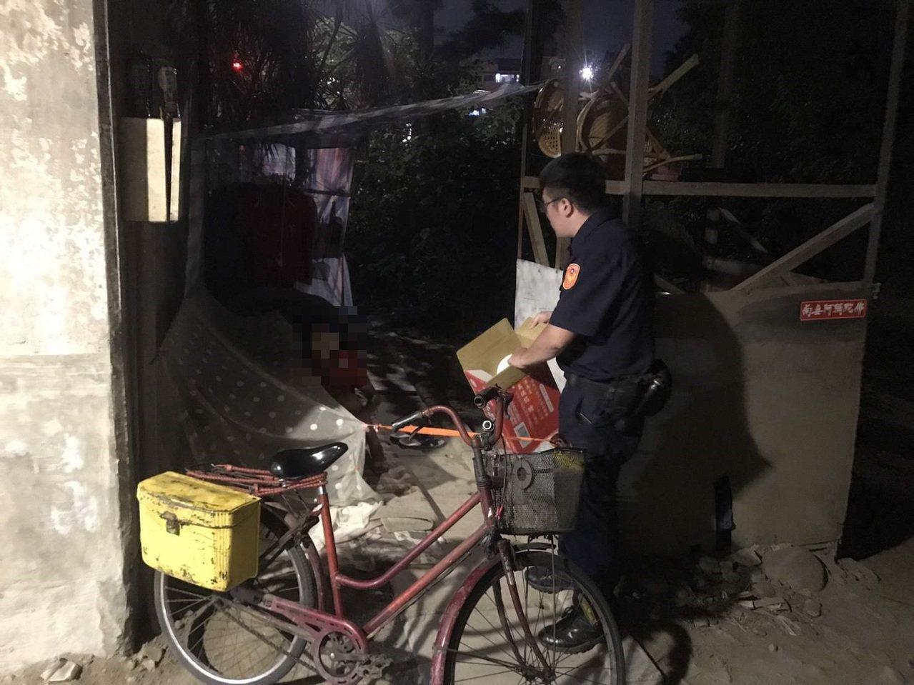 土城警方日前巡邏時發現王婦以巷弄街道為家並靠撿回收度日,擔心她會因此造成營養不良...