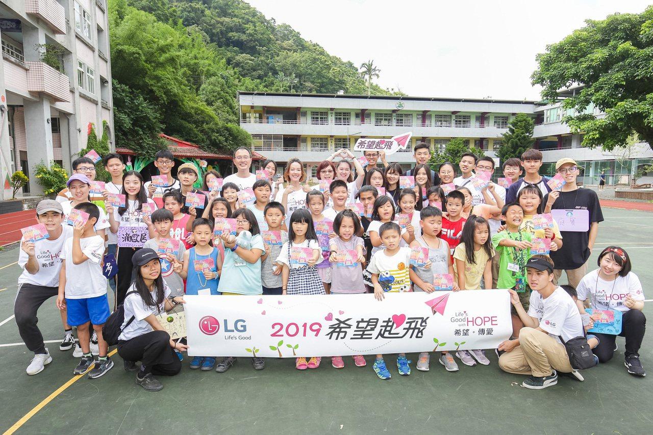 LG 2019希望導師孟耿如與台灣LG電子董事長宋益煥來到群山環繞的坪林國小,不...