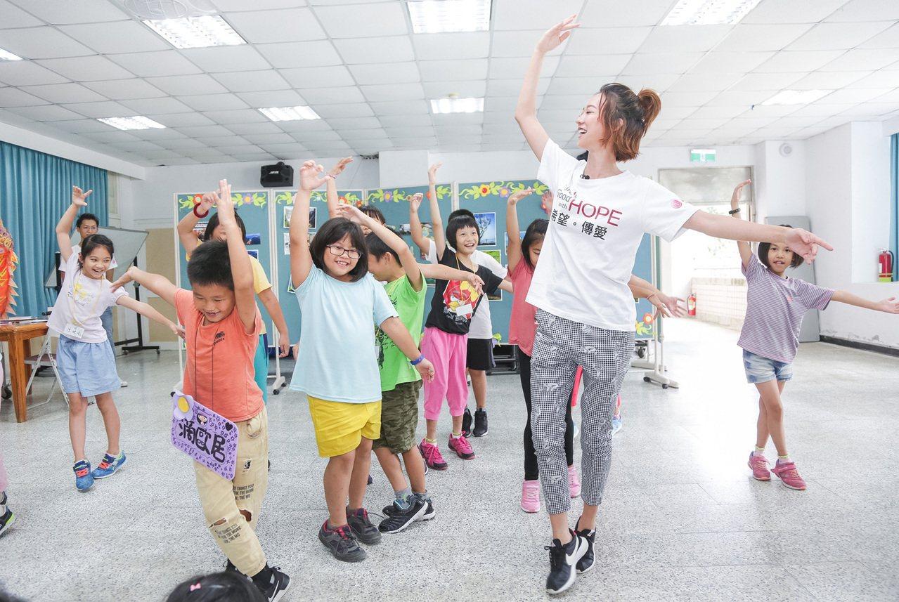 LG希望導師孟耿如精心挑選經典芭蕾動作,帶給小朋友們不同於街舞的舞風體驗。圖/台...