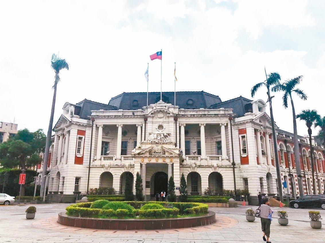 台中文化局長張大春說,台中州廳修復後,希望仍維持辦公空間。 記者洪敬浤/攝影