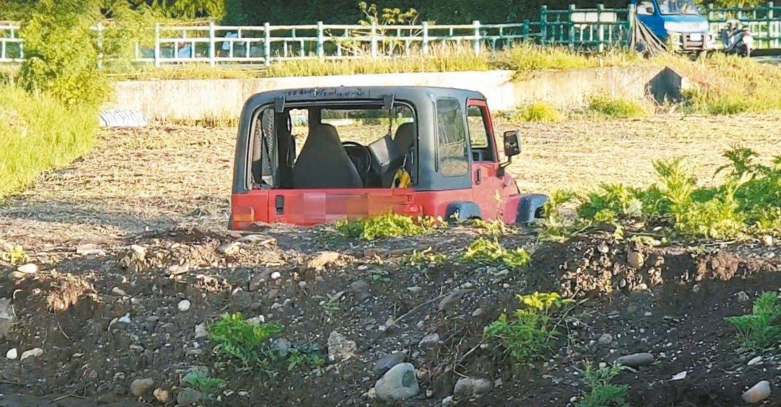 花蓮彭姓駕駛吉普車衝入田,陷入泥中無法動彈。 圖/民眾提供
