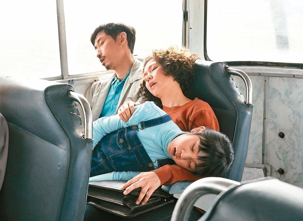 陳竹昇(左起)、于子育、吳以涵在「俗女養成記」中一家三口互動逗趣。 圖/華視提供