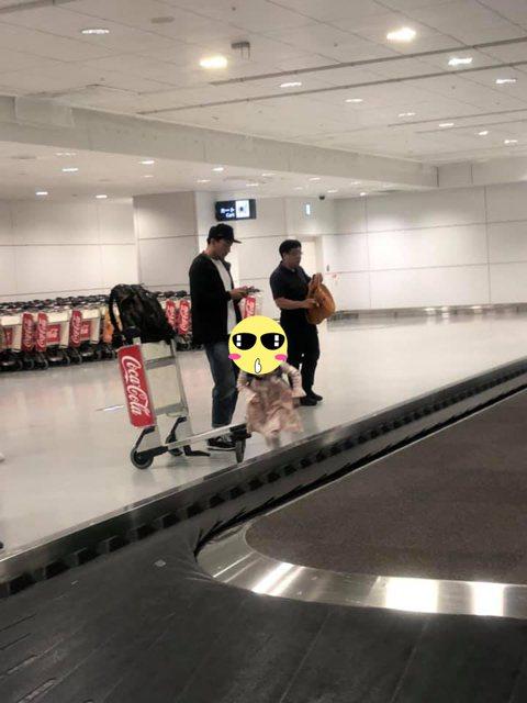 張震帶著老婆和女兒赴北海道旅行,同班機的部落客「快樂雲」跟著他到行李盤拿行李時,看到他貼心動作,直呼真是個暖男,還想起多年前的一段往事。部落客「快樂雲」說,今天真的跟張震跟老婆、女兒搭同班機到新千歲...