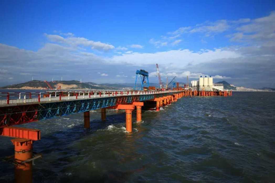 受到潮水風浪影響,橋梁作業過程每次只能進行20分鐘到半個小時,一年中只120天可...