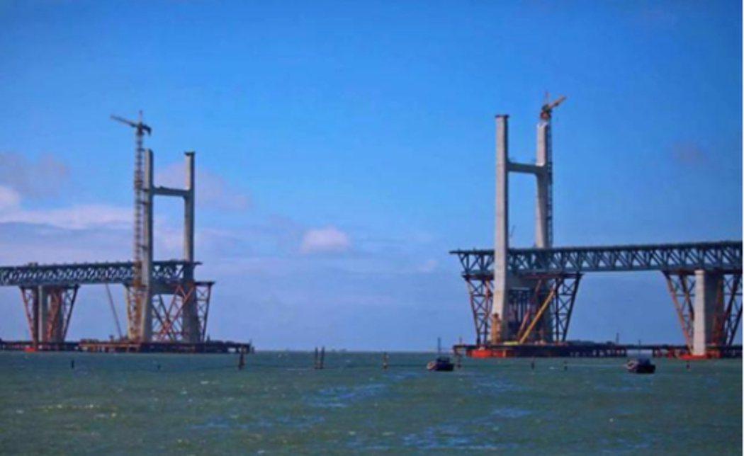 平潭海峽公鐵兩用大橋於2013年11月動工,起於福建省長樂市松下鎮,途經多座島嶼...