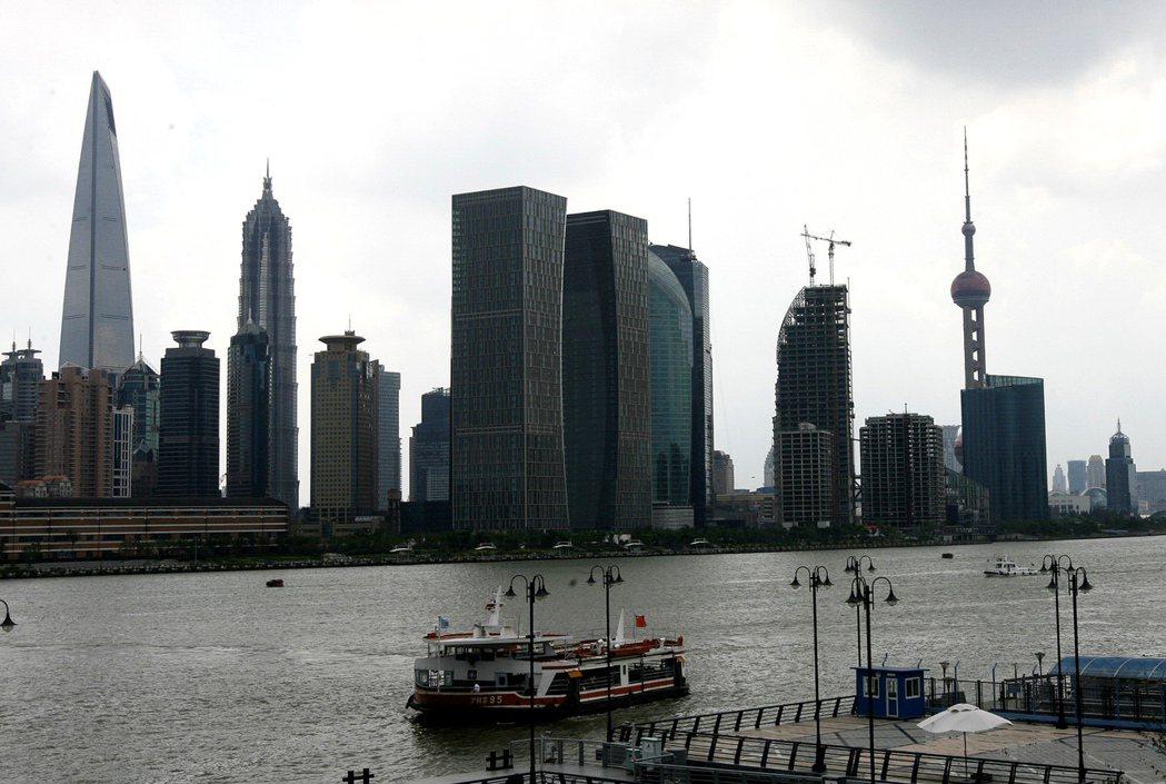 中國正積極尋求減少大城市人口數量。圖為上海陸家嘴金融區。(新華社)