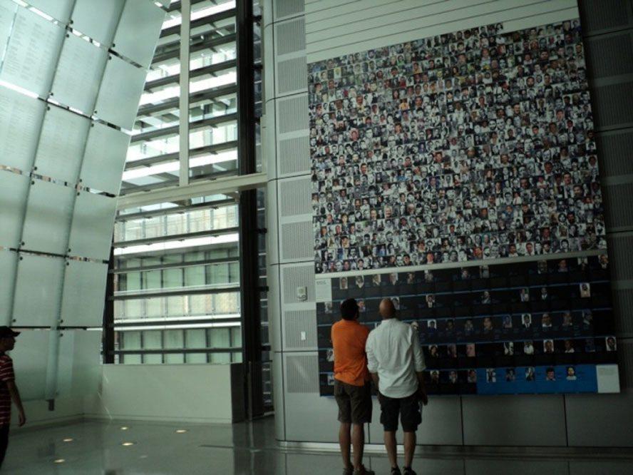 Newseum内由「自由论坛」 (Freedom Forum)设立的罹难新闻记者纪念墙。(记者许惠敏/摄影)