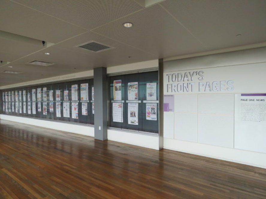 新闻博物馆内的每日头版新闻墙。(记者张加/摄影)