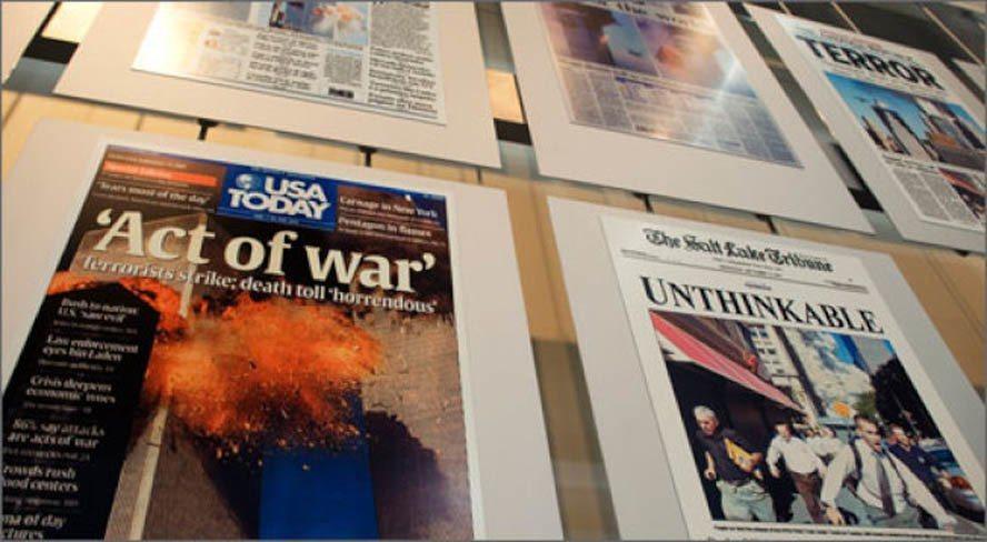 九一一事件次日的全球各大报头版头条新闻墙。九一一恐怖惊爆事件在新闻博物馆有完整记录。(记者许惠敏/摄影)