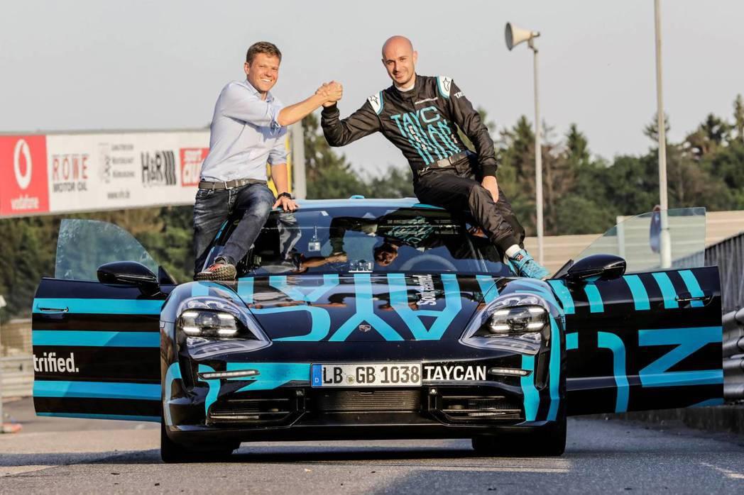 Taycan 生產線副總經理Stefan Weckbach(左)與測試車手Lar...