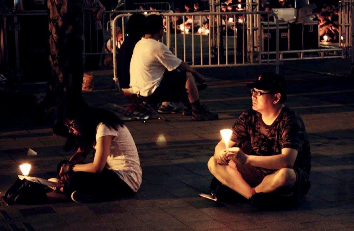 楊(圖右)2013年時,在臉書上發布照片貼文,紀念六四。 圖/楊恆均個人臉書