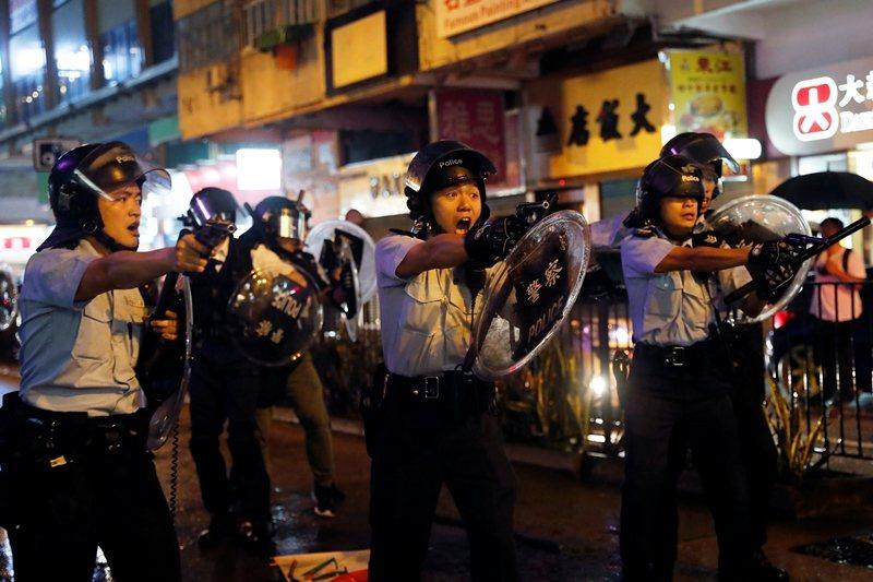香港反送中抗戰兩個月來,警察首次以實彈對空鳴槍。攝於8月25日,香港荃灣。 圖/路透社