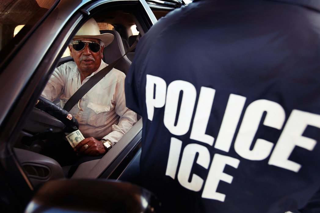 實際上,除非有明確事證能證明其為非法入境者,否則一般ICE並不會主動採取行動逮捕...