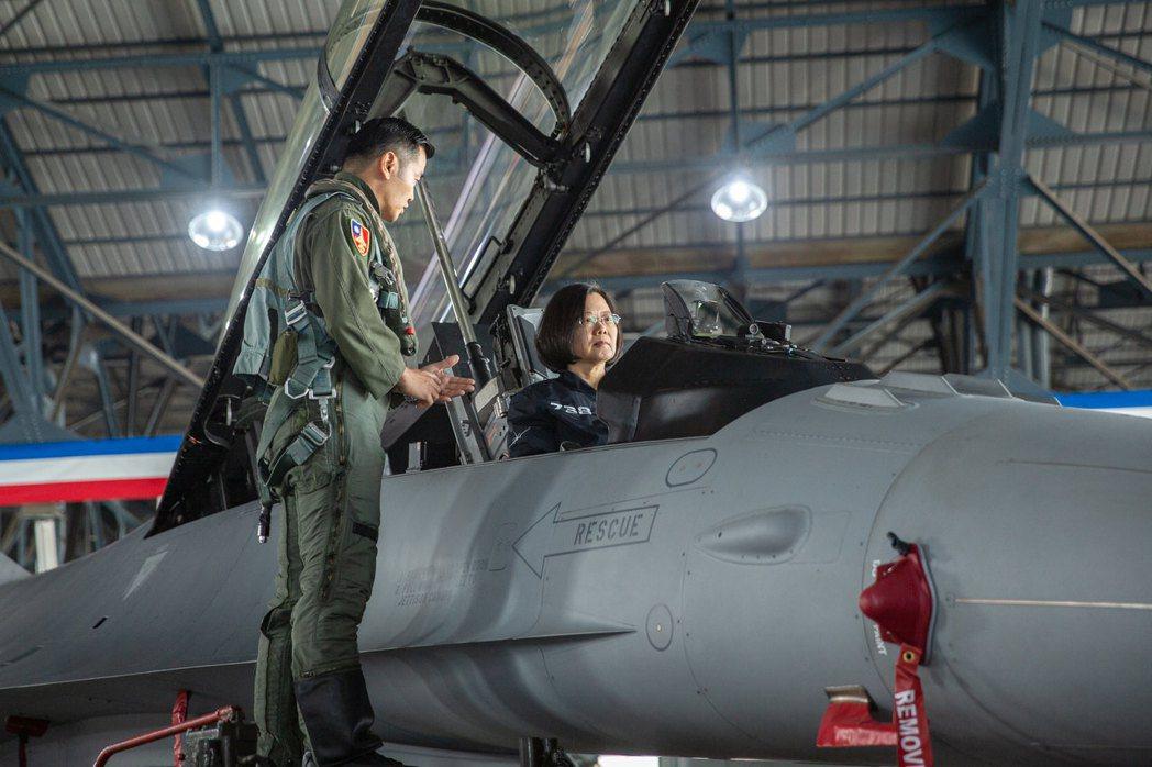 今年4月,蔡英文總統登上改良後F-16V戰機了解性能。 圖/總統府Flickr