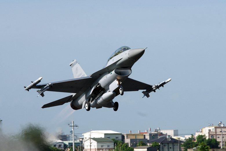 圖為F-16戰機,外側攜帶AIM-120,翼下為AIM-9響尾蛇飛彈。 圖/聯合報系資料照